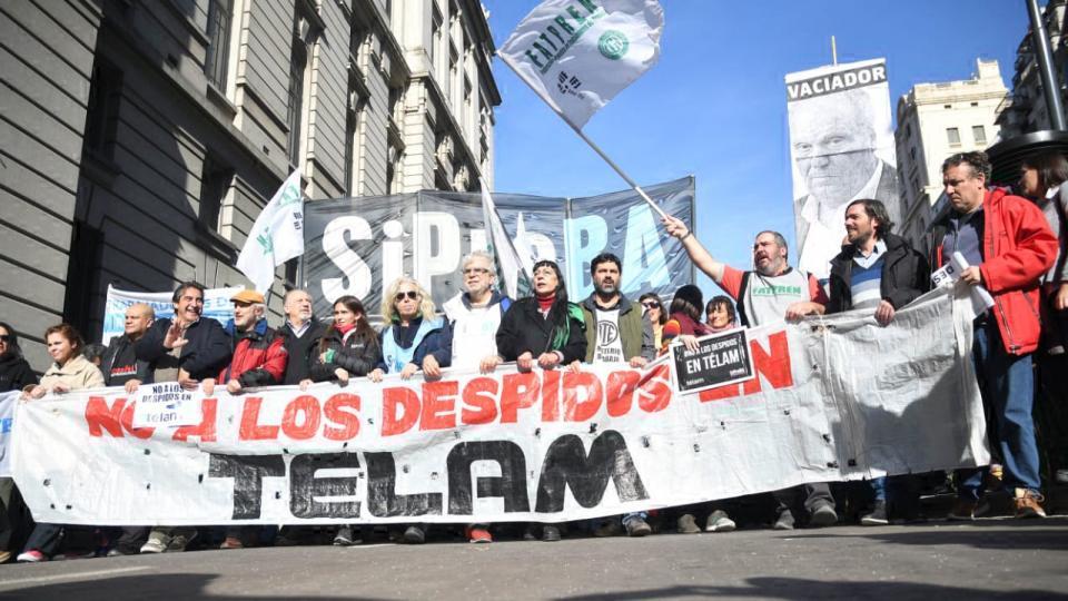 Mientras continúan llegando los telegramas de despido Marcha contra el vaciamiento de Télam