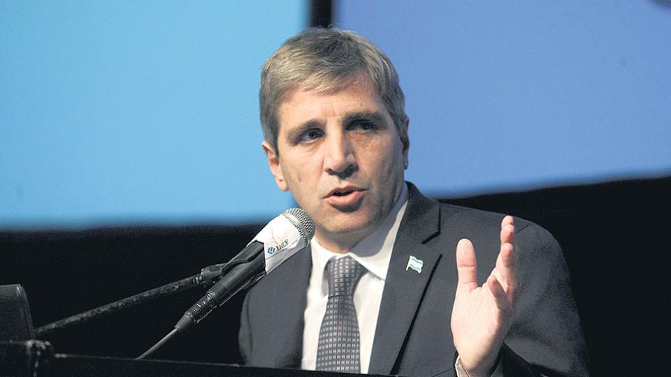 Luis Caputo, ministro de Finanzas, está pagando tasas altísimas, en pesos y en dólares.