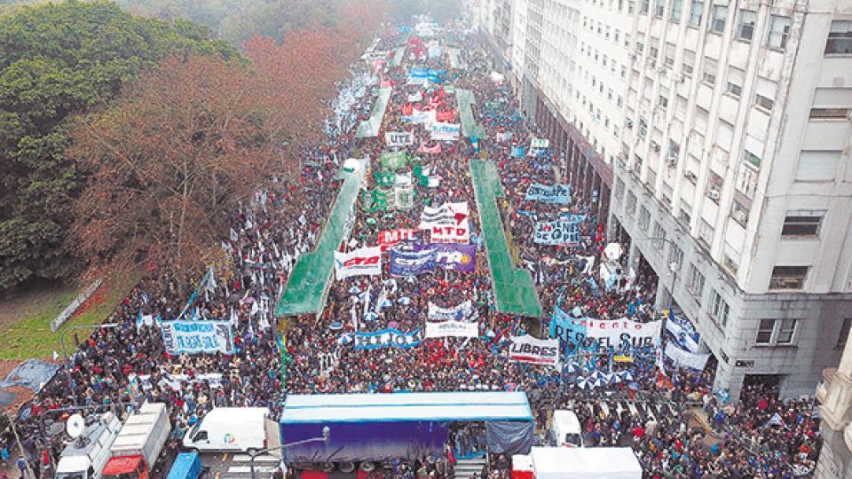 Un multitud se reunió frente al Ministerio de Defensa para repudiar el decreto que militariza la seguridad interior.