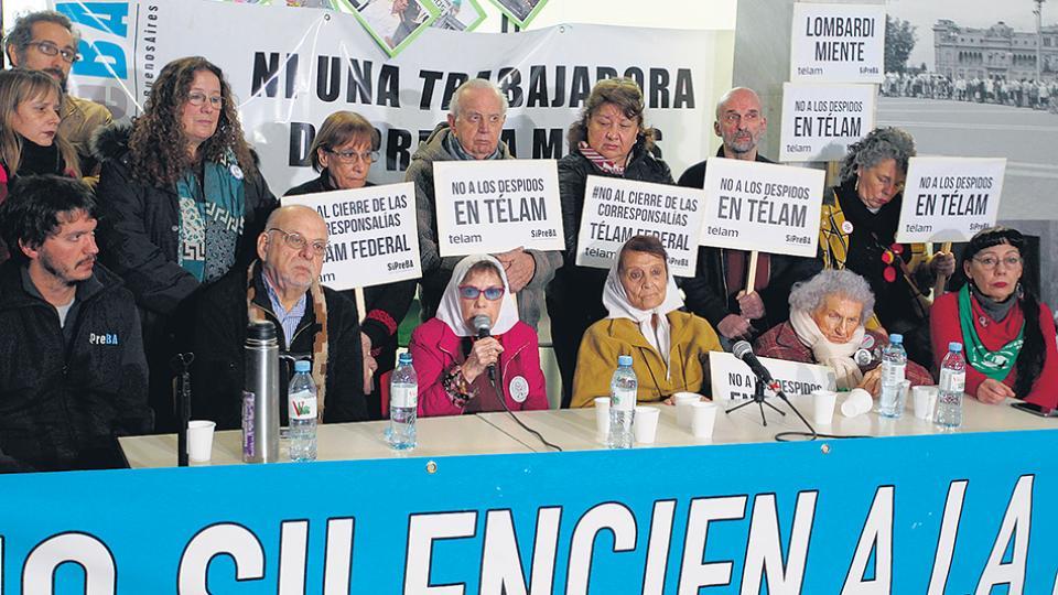 """Dirigentes de organismos de derechos humanos hicieron un """"abrazo"""" a Télam en rechazo a los despidos."""