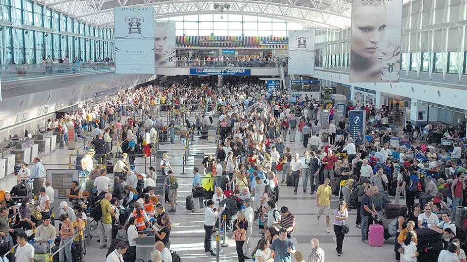 El proyecto es subir el impuesto a los pasajes aéreos al exterior del 7 al 15 por ciento.