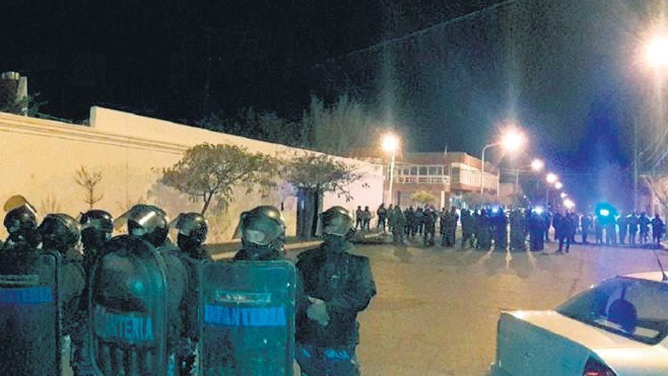 Docentes y trabajadores estatales fueron reprimidos por la policía en la noche del pasado martes.