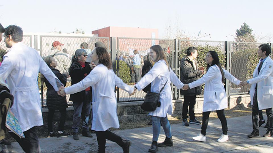 El abrazo al Hospital El Cruce de Florencio Varela, reacción comunitaria a un corte de presupuesto del 42 por ciento.