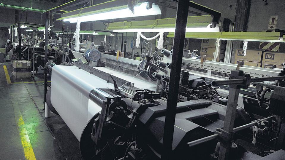 La producción de indumentaria muestra una caída del 6,2 por ciento y la cantidad de costureros registrados bajó en 4055.