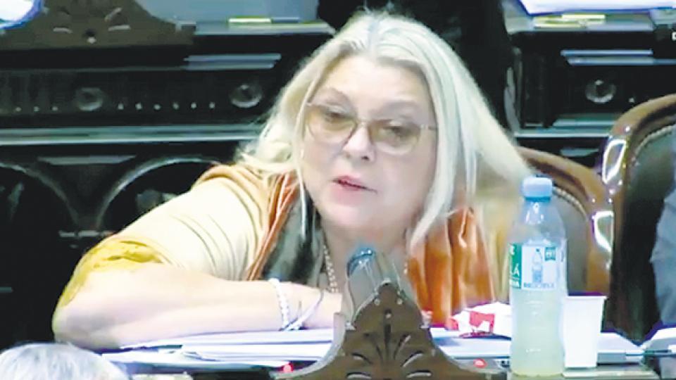 La diputada Elisa Carrió generó nuevas burlas, se enojó y pidió cambiar el reglamento de la Cámara.