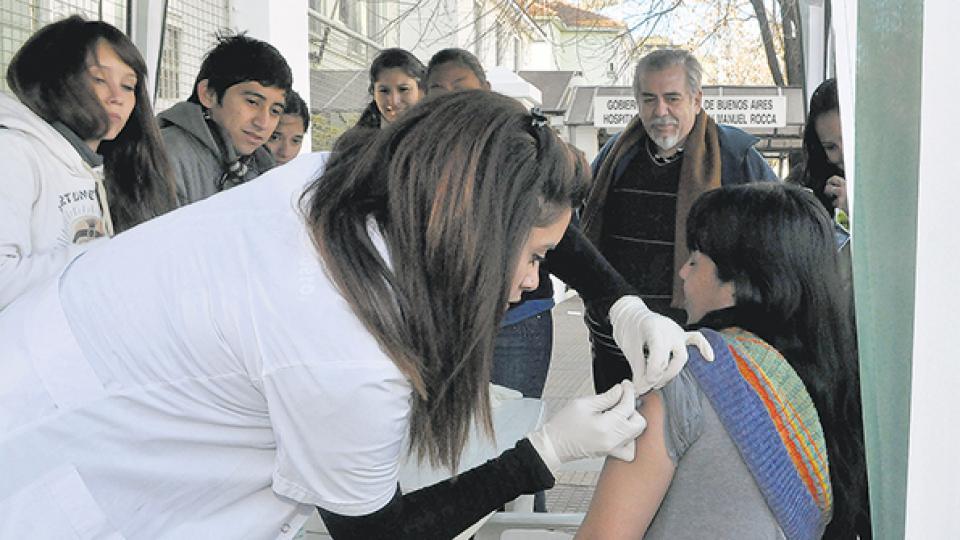La vacunación a la población protege a bebés que no pueden ser vacunados.