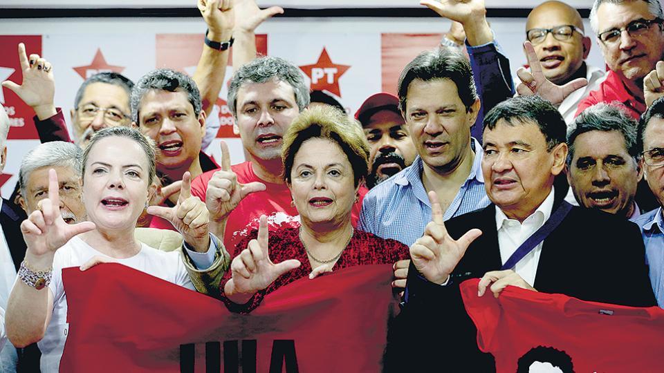La presidenta del PT, Gleisi Hoffmann, junto a la ex mandataria Dilma Rousseff e integrantes del partido.