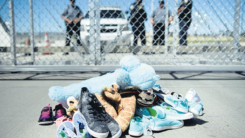 Zapatillas y juguetes a la entrada de Tornillo Port (Texas), adonde fueron llevados los niños separados de sus padres.