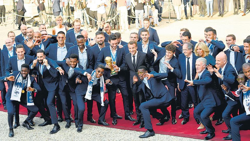 Los jugadores de Francia muestran la Copa y sus medallas junto al presidente Macron.
