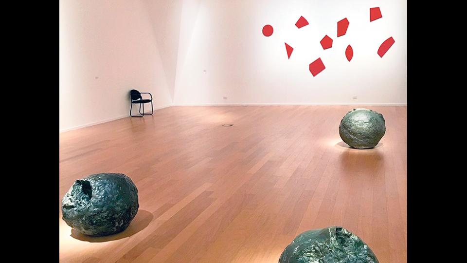 Vista parcial de uno de los espacios dedicados a la obra de Lucio Fontana.