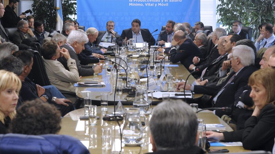 Jorge Triaca, ministro de Trabajo, encabezó la reunión tripartita que terminó, como el año pasado, con una decisión unilateral.