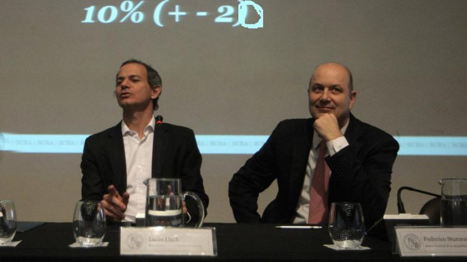 Lucas Llach y Federico Sturzenegger, ex números dos y uno del BCRA, perdieron con la devaluación.