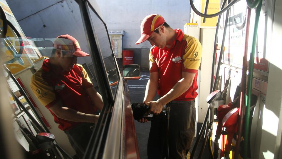 La nafta en la Argentina es la segunda más cara de la región, detrás de Uruguay.