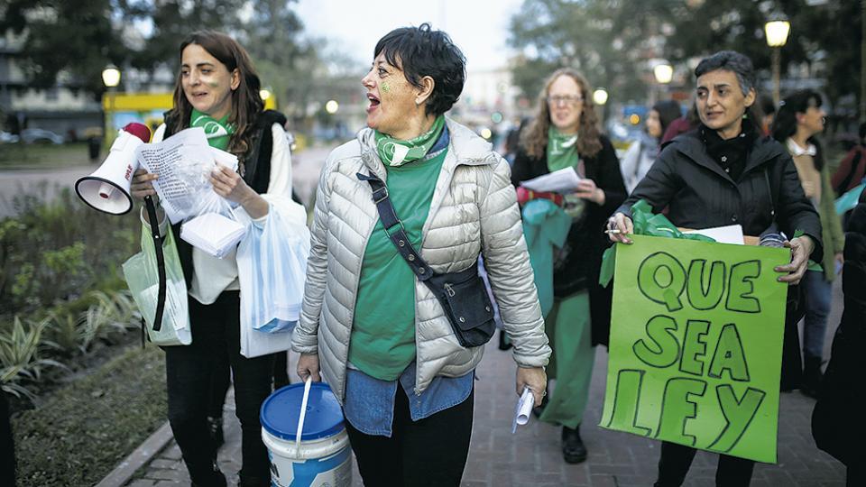 Amigas y activistas de parque chacabuco caminando a vestir todos los monumentos de pañuelo abortero.