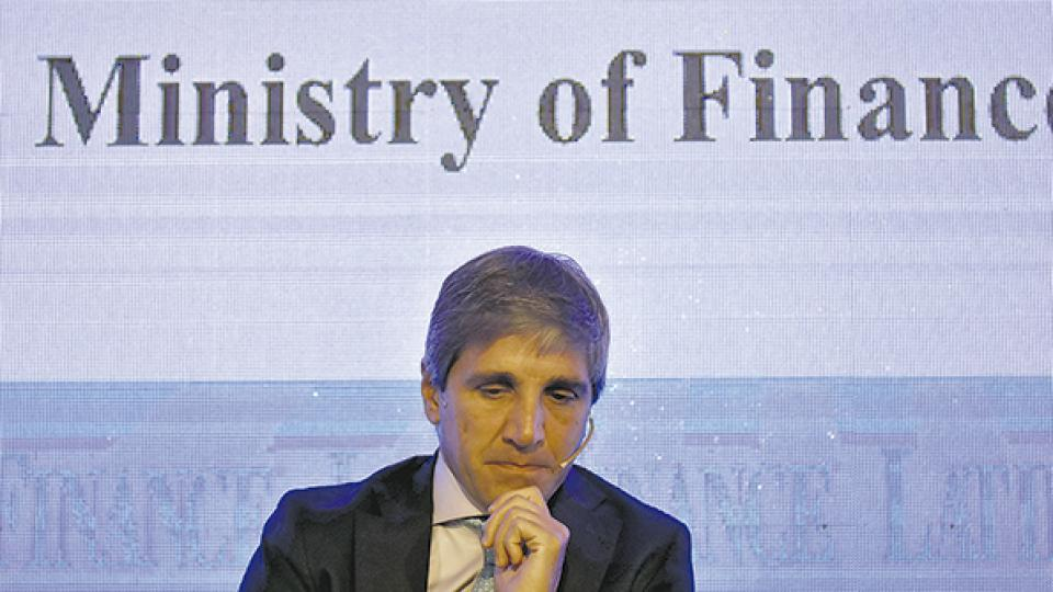 Luis Caputo, presidente del Banco Central, no logra detener la sangría de divisas.