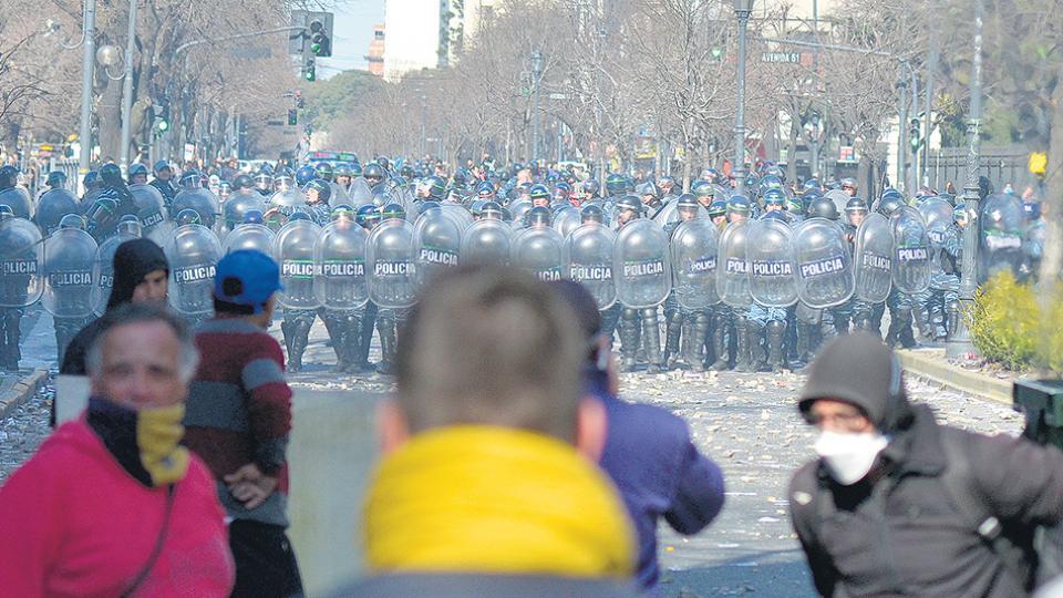 """La respuesta represiva comenzó con camiones hidrantes y el desplazamiento de los """"cabeza de tortuga""""."""