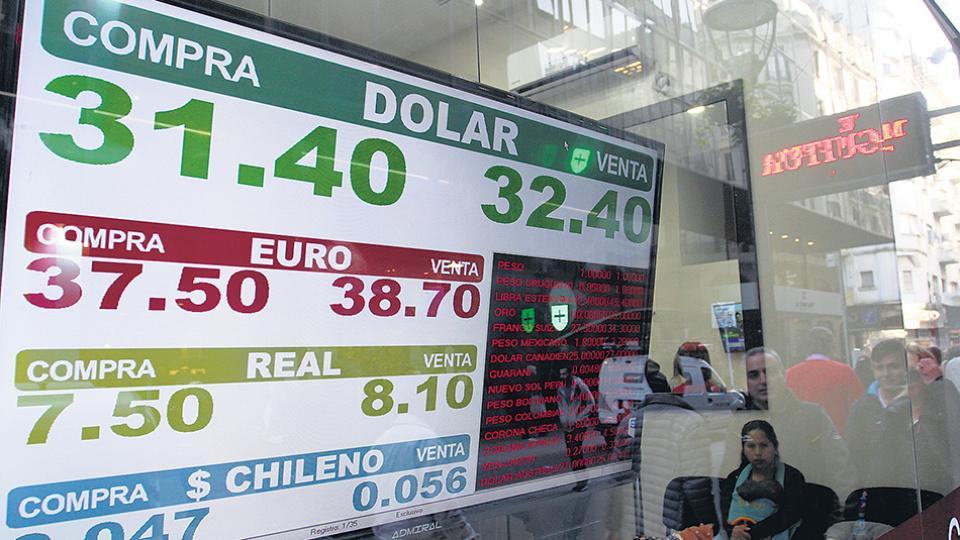 El dólar se llegó a vender a 32,62 pesos en algunos bancos y casas de cambio de la city porteña, para cerrar a un promedio de 32,10.
