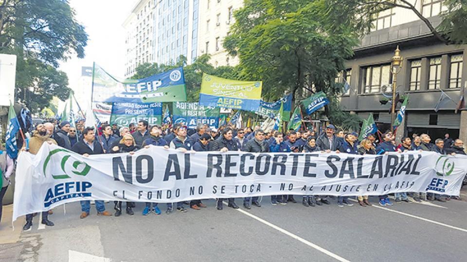 Los trabajadores ayer marcharon desde el Obelisco hasta la sede central del organismo.