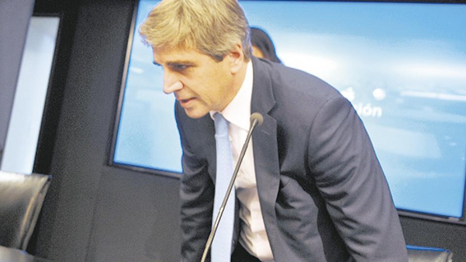 Luis Caputo, presidente del Banco Central, redujo la liquidez en pesos en el mercado para ayudar a disminuir la demanda de divisas.