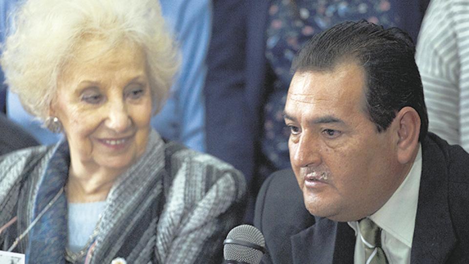 Ismael Suleiman, el hermano mayor de Marcos Ramos, junto a Estela Carlotto.