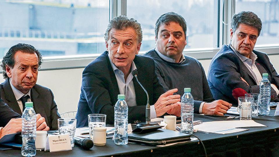 Mauricio Macri, con sus ministros y el intendente local, en un encuentro que debía ser en tono amable.
