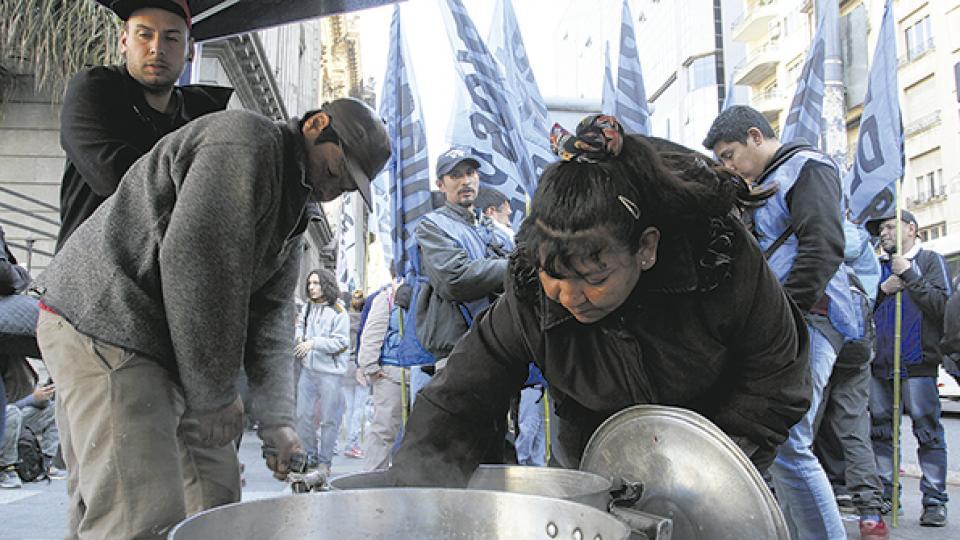 Las organizaciones denunciaron que el Gobierno está dando de baja a beneficiarios de planes sociales.