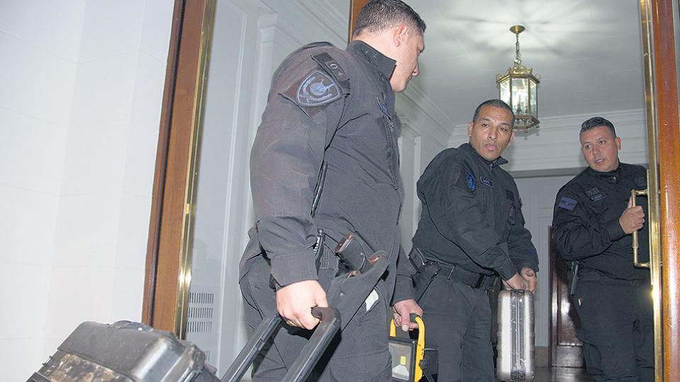 El juez Bonadio ordenó operativos policiales en otros departamentos del edificio donde vive CFK.