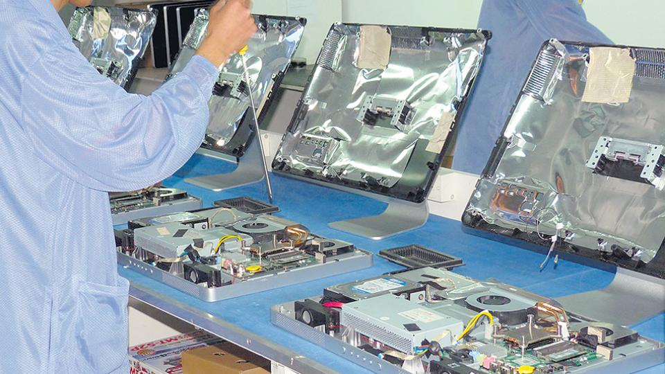 Productos eléctrico-mecánicos, informática y manufacturas cayeron 13,5 por ciento.