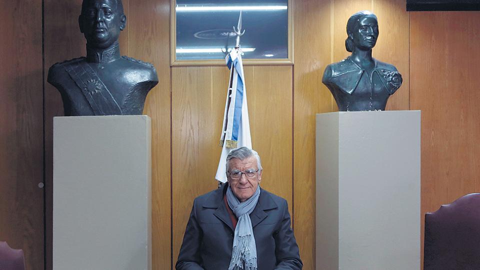 """""""El Gobierno va a seguir con su política de hostigar a la oposición"""", dijo Gioja, de vuelta en su despacho."""
