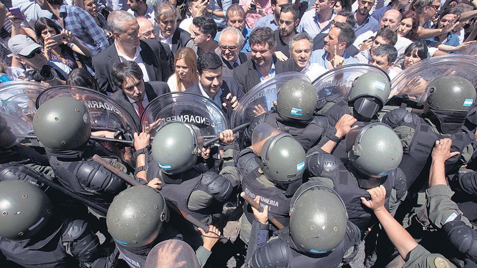 Los legisladores salieron a interceder ante las fuerzas de seguridad para evitar la represión.