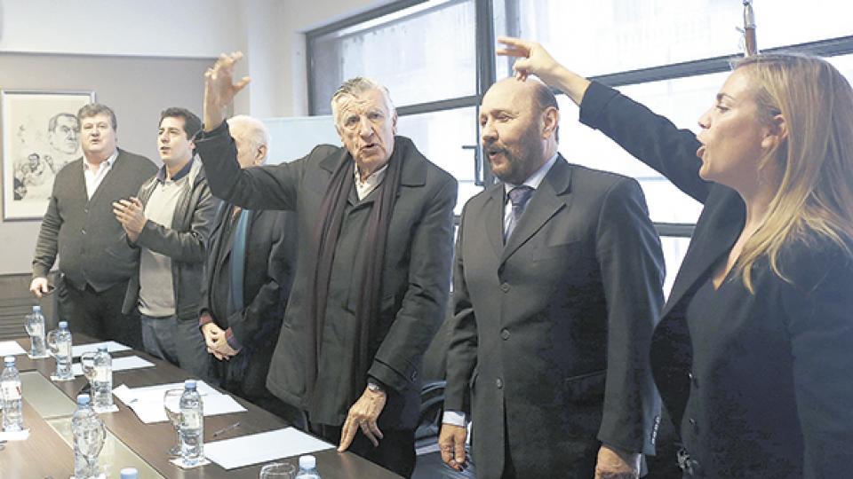 La noticia se conoció en plena reunión de la Mesa de Acción Política, que celebró cantando la Marcha Peronista.
