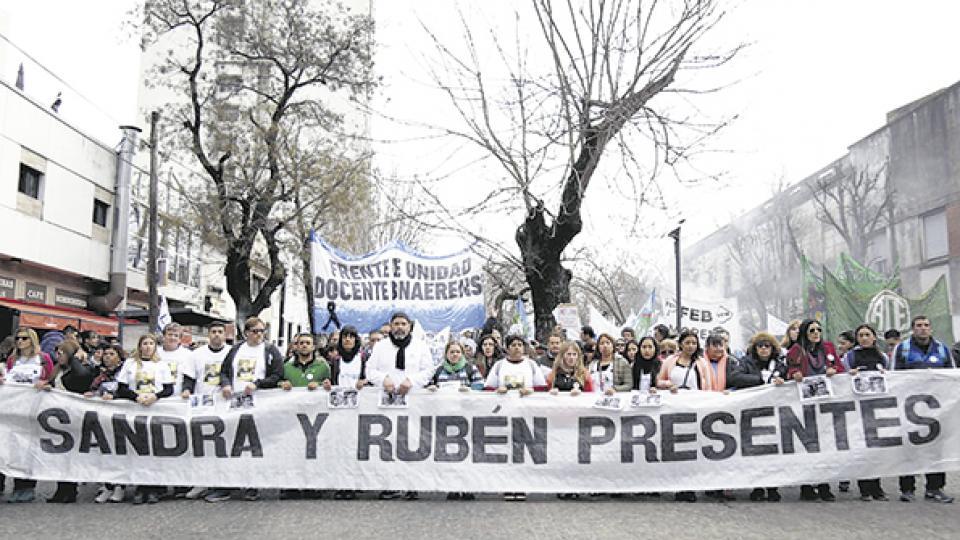 Los docentes marcharon desde la Plaza Moreno a la Dirección General de Cultura y Escuelas.