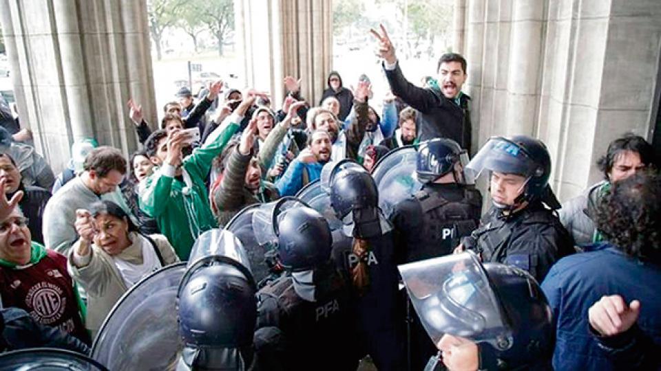 Los policías y trabajadores forcejearon en la entrada del Ministerio de Agroindustria.