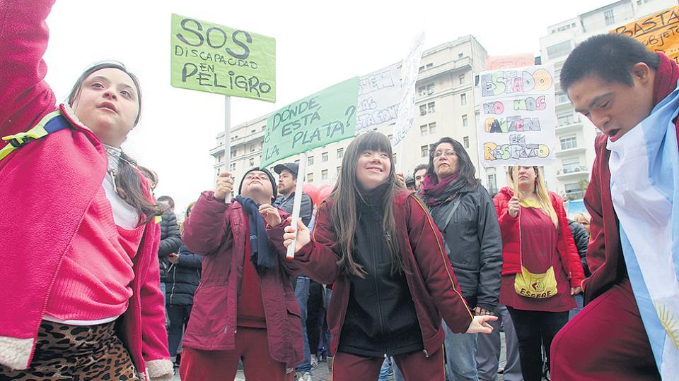 Los manifestantes cortaron avenida Rivadavia con carteles que criticaban las medidas de recorte.