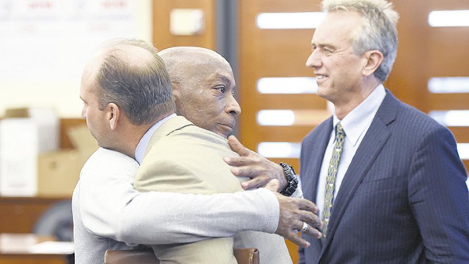 Luego del histórico fallo, Dewayne Johson se abraza con su abogado.