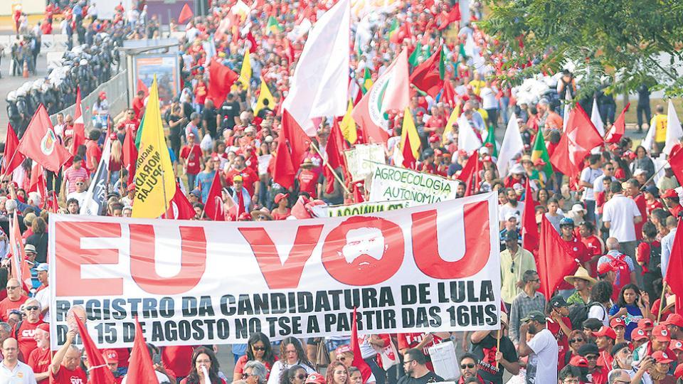 Miles de simpatizantes del PT apoyaron la inscripción de la fórmula Lula-Haddad.