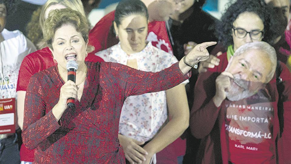 Habla Dilma, una de las principales oradoras en la convención del PT que proclamó la candidatura de Lula.