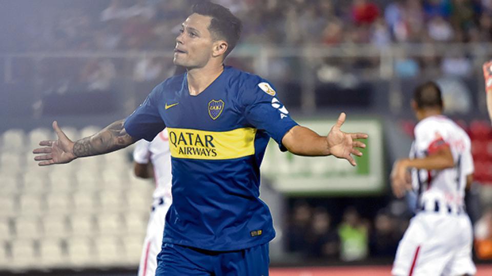 Mauro Zárate festeja su gol, fruto de una muy buena habilitación de Darío Benedetto.