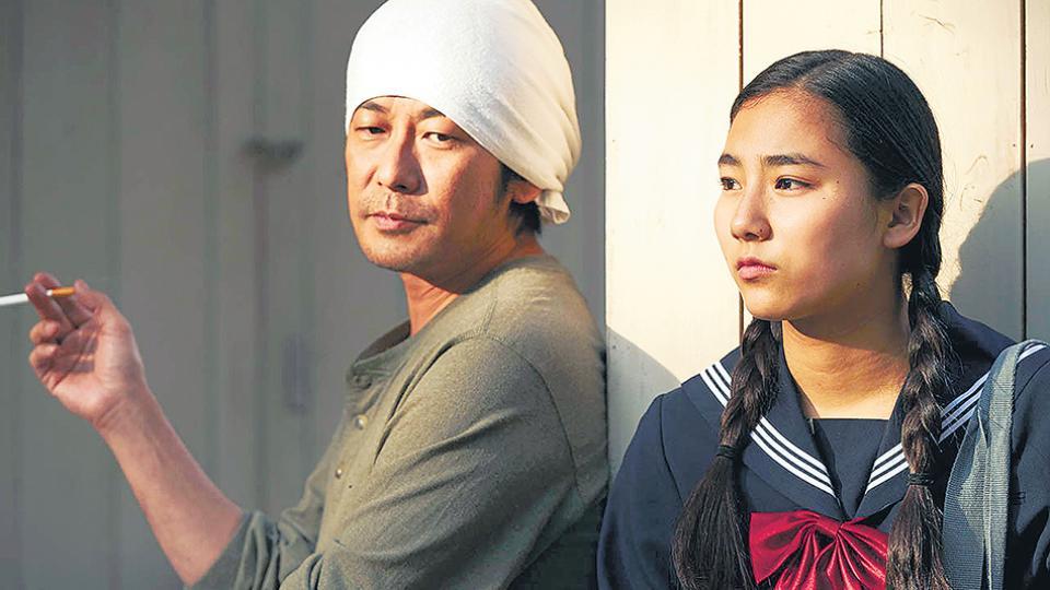 Sentaro (Masatoshi Nagase, visto en el Paterson, de Jim Jarmusch) junto a una adolescente problemática.