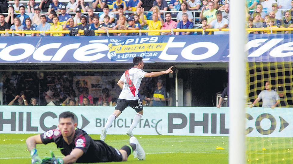 Pity Martínez festeja el primero de la tarde, un golazo con un remate cruzado para el que Rossi no tuvo respuesta.