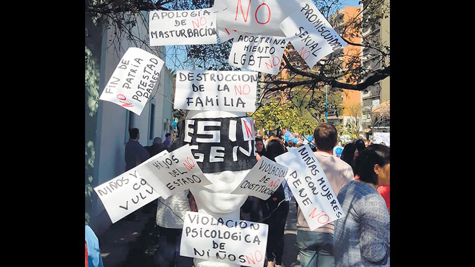 Abrazo del 7 de septiembre pasado al Ministerio de Educación tucumano contra la ESI (imagen de Twitter).