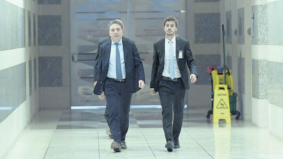 El ministro Nicolás Dujovne transita los pasillos del FMI en busca de dinero para frenar la corrida.