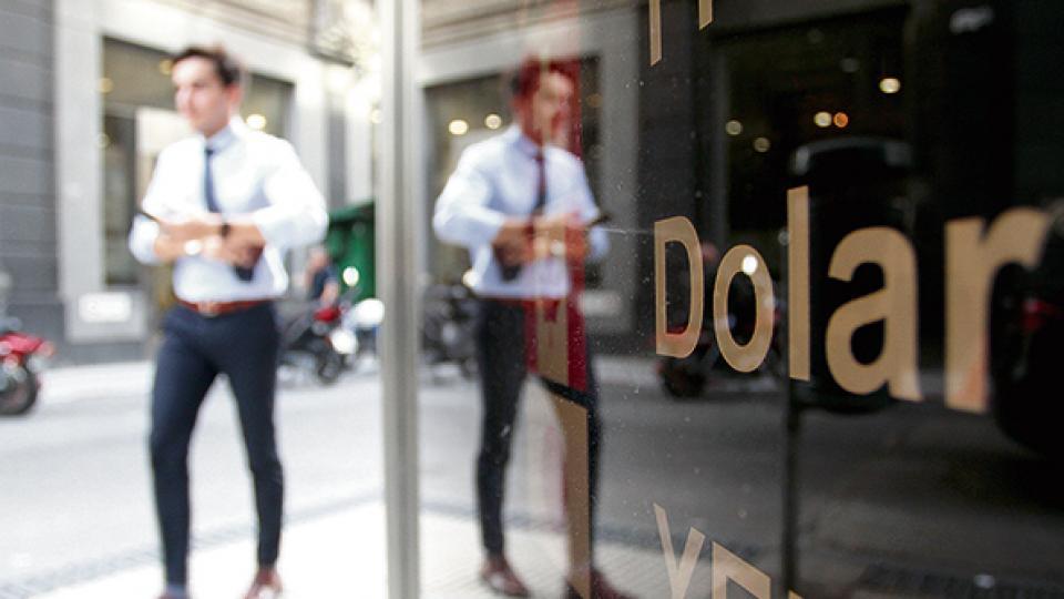 El valor promedio en bancos y casas de cambio cerró ayer al público por debajo de los 39 pesos.