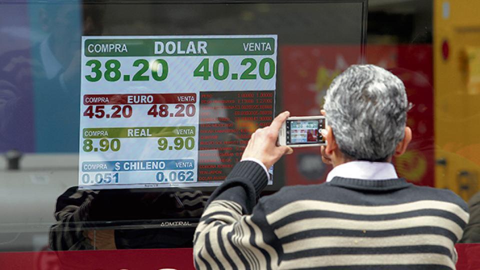 A pesar de que no intervino vendiendo dólares al contado, las reservas del Banco Central bajaron 18 millones, hasta los 49.551 millones.