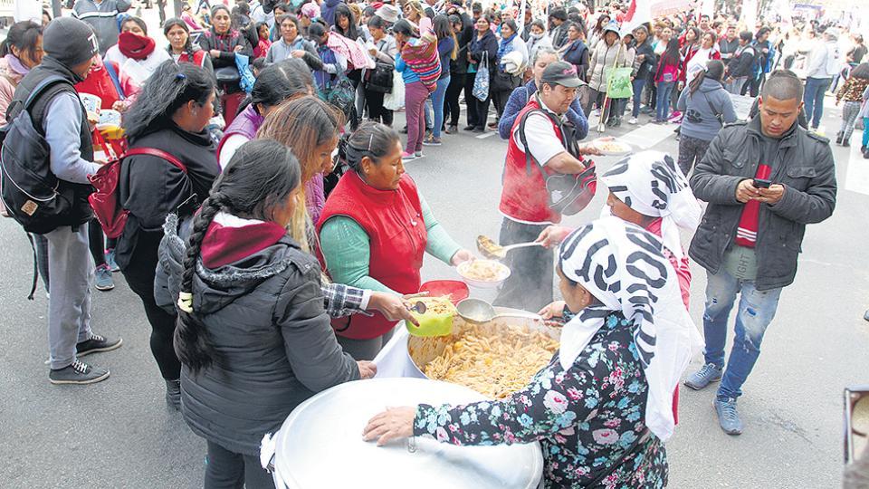 Una decena de ollas populares se instaló ayer a lo largo de la Avenida de Mayo.