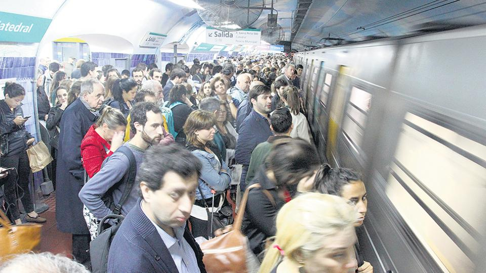El asbesto se volvió un problema visible cuando fue detectado en vagones comprados por Macri al metro de Madrid.