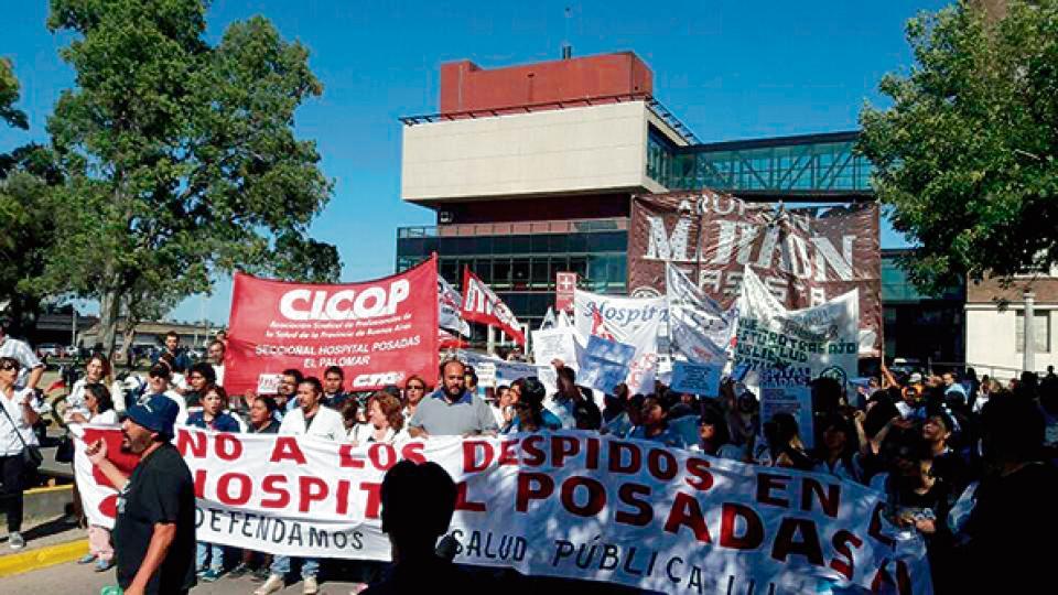 Protesta de los trabajadores de salud por los despidos en el Hospital Posadas.