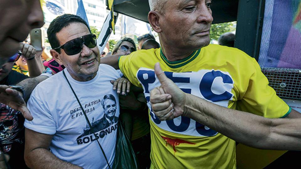 El candidato a vicepresidente Hamilton Mourao (izq.) participa de un acto de campaña en Río.