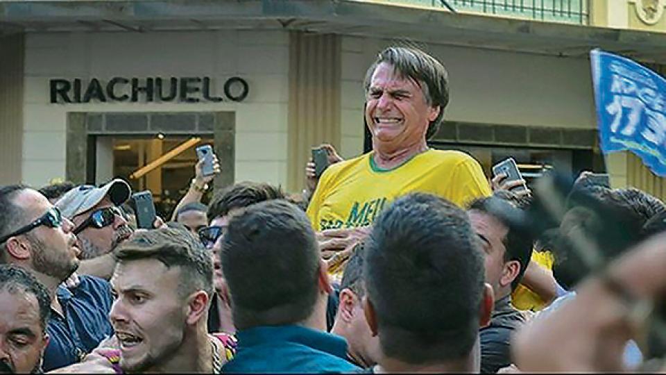 La expresión de dolor del candidato Bolsonaro al ser acuchillado en un acto político en Minas Gerais.