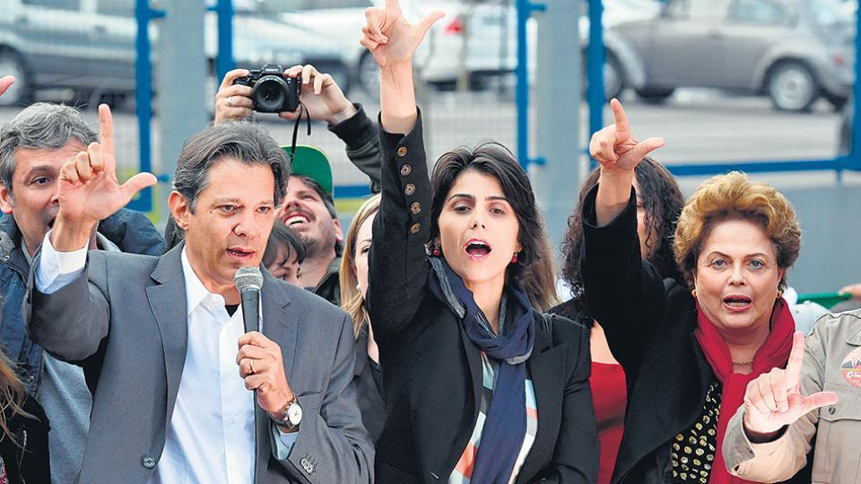 Haddad, Manuela y Dilma dibujan la letra L con sus dedos tras la lectura del mensaje de Lula.